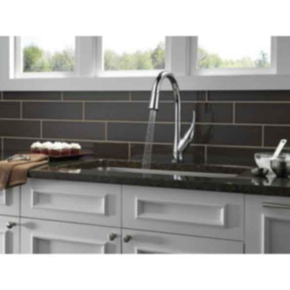 Single-Handle Pull-Down Kitchen Faucet with Touch2O® Technology/Venetian Bronze